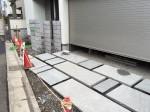 東京都目黒区の新築エクステリア工事 駐車場工事 自然石平板敷き工事中