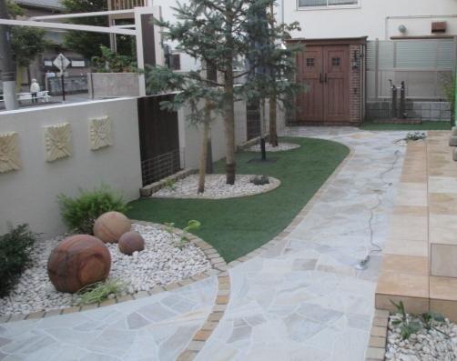乱形石貼りと人工芝舗装