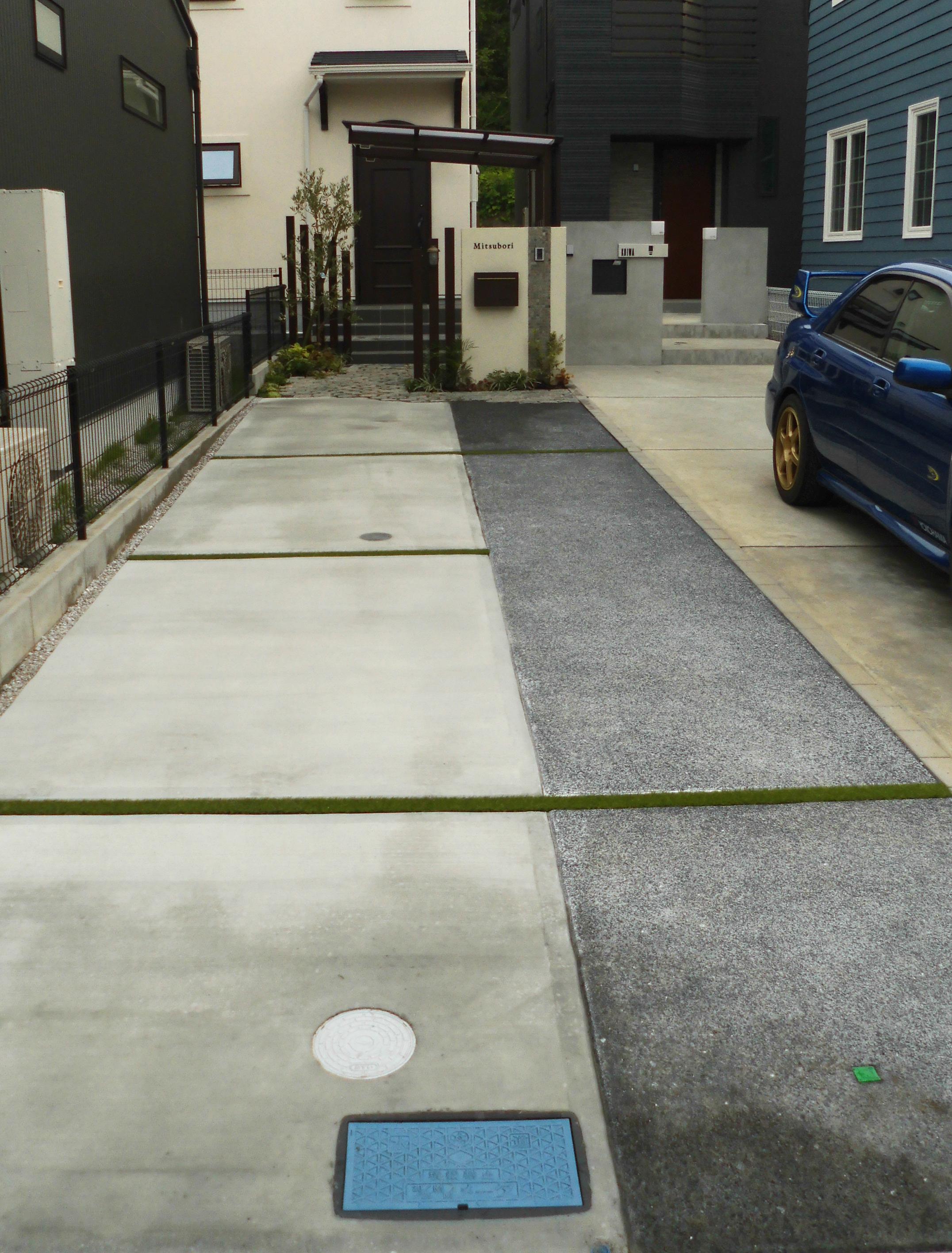 仕上げに違いをつけた車庫床のコンクリート