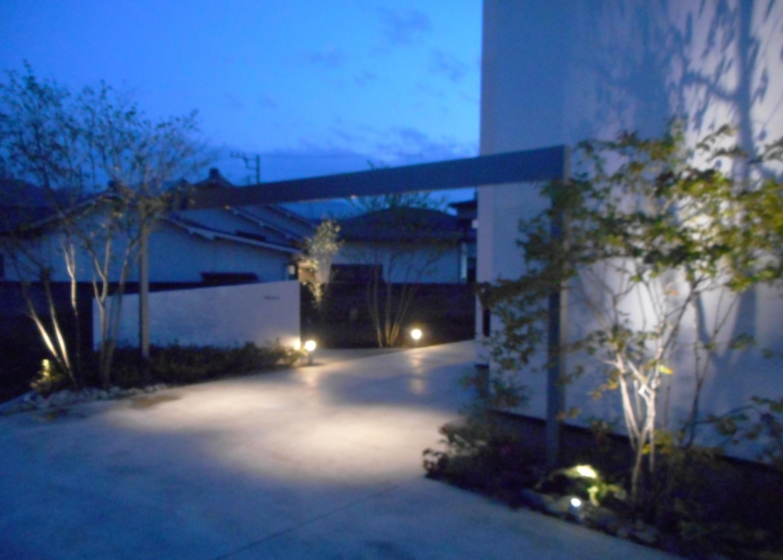 照明が灯りエントランスが明るく照らされる