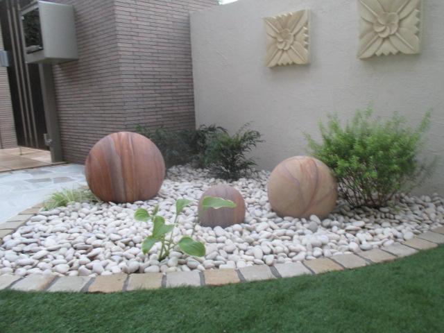 球形の自然石オブジェ