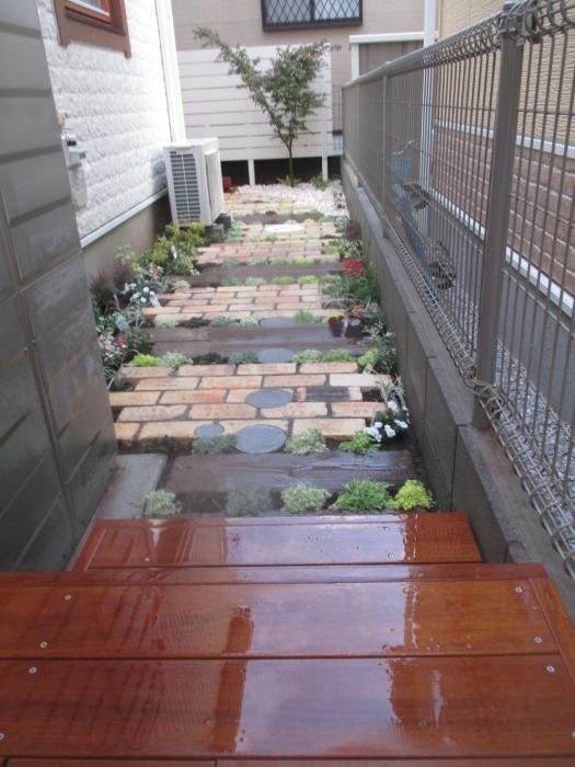 緑に囲まれたお庭へのアプローチ