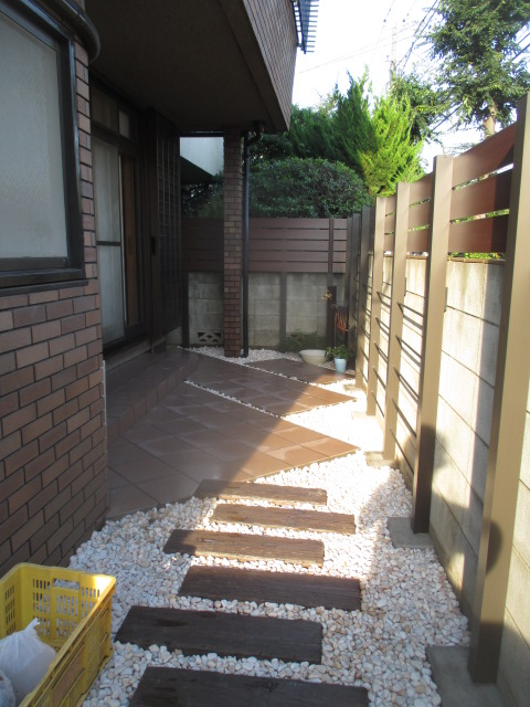 コンクリート枕木のアプローチ~タイルテラスへ